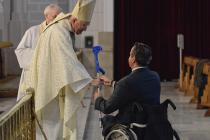 Nacho-Tremiño-ofrece-una-muleta-como-símbolo-del-esfuerzo-de-las-personas-con-discapacidad-.jpg